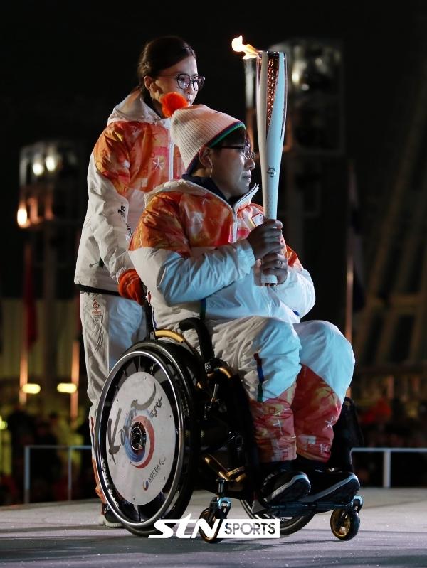 평창 패럴림픽 개막식 당시 성화 점화 주자로 나선 김은정(좌) ⓒSTN스포츠