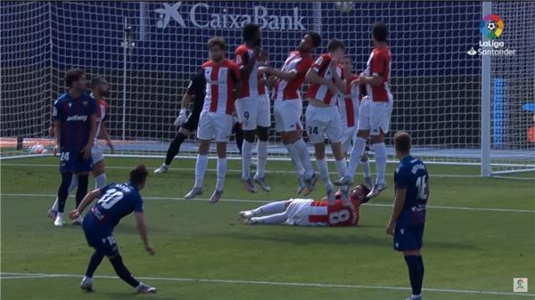 경기장에 누워 에니스 바르디의 땅볼 프리킥을 대비하는 우나이 로페스